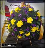 Zdjęcie wieńca pogrzebowego z kwiatami fioletowymi i żółtymi
