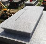 Zdjęcie nagrobka pojedyńczego płaskiego wykonanego z jasnego granitu
